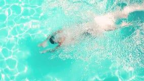Salto atlético del hombre en la piscina almacen de video