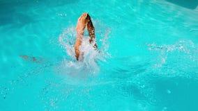 Salto atlético del nadador en la piscina almacen de video