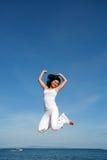 Salto attraente della donna Fotografie Stock