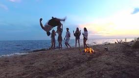 Salto auf dem Strandfest Langsame Bewegung stock video