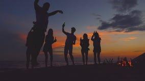 Salto auf dem Strandfest Langsame Bewegung stock video footage