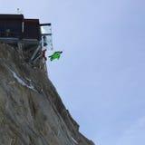 Salto BAJO de Wingsuit Fotos de archivo