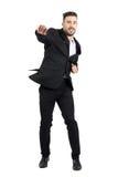 Salto barbudo joven alegre del hombre de negocios emocionado con los puños apretados Foto de archivo libre de regalías