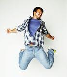 Salto bastante asiático del hombre de los jóvenes alegre contra el fondo blanco Fotos de archivo