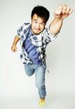 Salto bastante asiático del hombre de los jóvenes alegre contra el fondo blanco, concepto de la gente de la forma de vida Fotografía de archivo libre de regalías