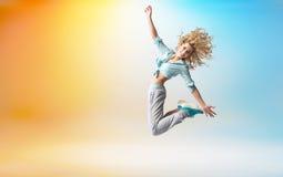 Salto biondo adorabile felice dell'atleta Immagine Stock