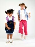 Salto bonito das meninas da escola fotografia de stock royalty free