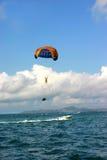 Salto bonito e da paz do mar de pára-quedas Imagens de Stock