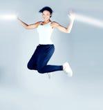 Salto castana sorridente della donna Fotografia Stock