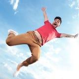 Salto casual del hombre al aire libre Fotografía de archivo