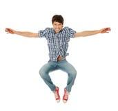 Salto caucásico feliz joven del hombre Fotografía de archivo