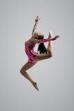 Salto caucasico della ginnasta della ragazza Immagini Stock Libere da Diritti