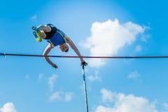 Salto com vara do atleta dos homens Imagens de Stock Royalty Free