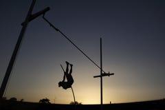 Salto com vara durante o por do sol Imagem de Stock Royalty Free