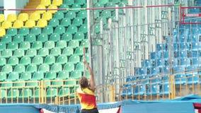 Salto com vara - uma mulher atlética nova com saltos das tranças sobre a barra video estoque