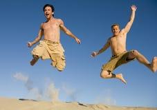 Salto con alegría foto de archivo
