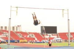 Salto con l'asta nel campionato atletico aperto 2013 della Tailandia fotografia stock