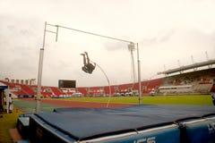 Salto con l'asta nel campionato atletico aperto 2013 della Tailandia. Fotografia Stock