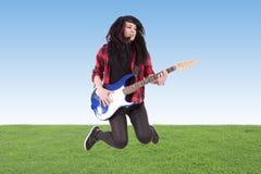 Salto con la guitarra eléctrica Imagen de archivo libre de regalías