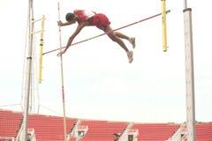 Salto con pértiga en el campeonato atlético abierto 2013 de Tailandia. imagen de archivo libre de regalías