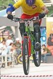 Salto da bicicleta de montanha Imagem de Stock
