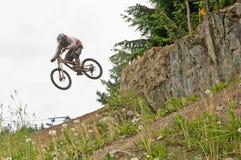 Salto da bicicleta de montanha   Foto de Stock