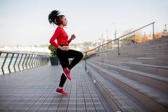 Salto da mulher da aptidão exterior fotografia de stock royalty free