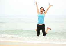 Salto da mulher do beira-mar Imagem de Stock Royalty Free