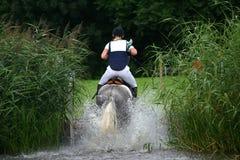 Salto de agua a campo través Foto de archivo libre de regalías