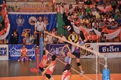 Salto de altura a atacar en chaleng de los jugadores de voleibol Foto de archivo