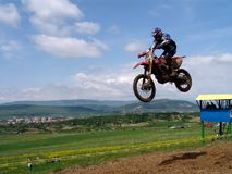 Salto de altura del motocrós Imagenes de archivo