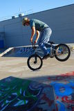 Salto de BMX Imagen de archivo libre de regalías