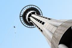 Salto de Bungy de la torre del cielo Imagenes de archivo