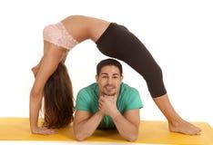 Salto de couples de forme physique au-dessus de lui Photos stock