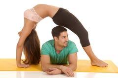Salto de couples de forme physique au-dessus de lui côté de regard Photographie stock libre de droits