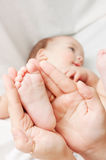 Salto de crianças pequenas nas mãos da sua matriz Imagem de Stock