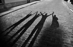 Salto de cuatro sombras en el camino fotografía de archivo libre de regalías