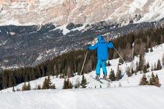 Salto de esquí del estilo libre en parque de la nieve de la montaña Foto de archivo