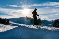 Salto de esquí del estilo libre en parque de la nieve de la montaña Imagen de archivo