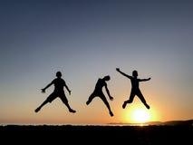 Salto de jovens energéticos e dinâmicos Fotografia de Stock Royalty Free