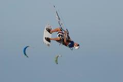 Salto de Kitesurf no céu 2 Fotografia de Stock Royalty Free