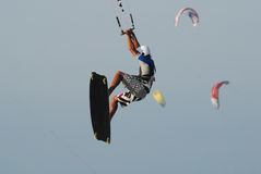 Salto de Kitesurf no céu 4 Imagens de Stock Royalty Free