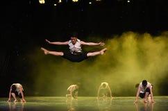 Salto de la alta- danza popular Río-china de Huanghe Imágenes de archivo libres de regalías