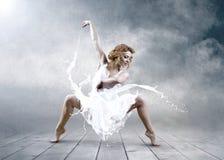Salto de la bailarina Imágenes de archivo libres de regalías