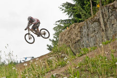 Salto de la bici de montaña   Foto de archivo