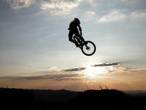Salto de la bici de Moutain Imagen de archivo libre de regalías