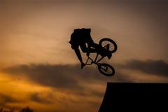 Salto de la bicicleta fotografía de archivo