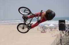 Salto de la bicicleta Fotos de archivo libres de regalías