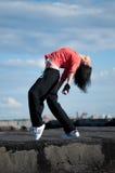 Salto de la cadera del baile de la mujer sobre el cielo azul fotografía de archivo