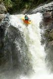 Salto de la cascada del kajak Fotografía de archivo